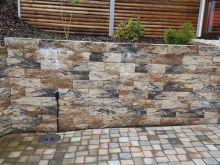Betonsteinmauer und Pflasterarbeiten